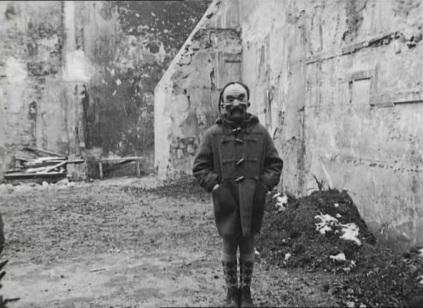 """Enfant masqué dans """"L'Opéra-Mouffe"""", Agnès Varda, 1958."""